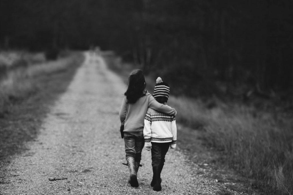 bambini-strada-bianco-e-nero